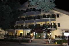 Hotel La Fattoria - Facciata di notte